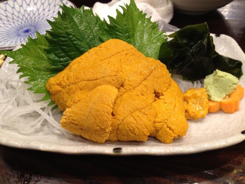 """在日本是高级食材,尤其是马粪海胆(),紫海胆()等的盐海胆更是价格不菲。日本常见的海胆刺身,除了极少数活海胆现宰的以外,其实并不是生海胆,而是经过盐水浸泡加工后的盐海胆。 盐海胆的加工方法最早出现在日本北陆地区的福井县,因此古时的海胆刺身也称为""""越前海胆""""。如今随着生产量的不断提高,使用明矾,酒精加工海胆的方法也很常见。但比起盐海胆来,风味要逊色一筹。 海胆料理除了"""