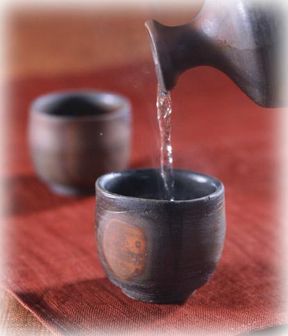 日本清酒:日本酒(清酒)的单位及酒具:合是饮用清酒时最基本的单位,1合约为180毫升。1升 = 10合,容量为1800毫升,常见的大瓶装清酒的容量正好是1升。日本酒(清酒)的单位及酒具
